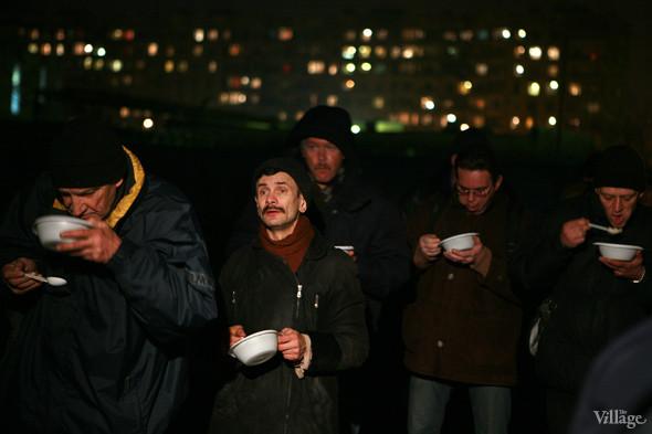 Бездомные уважают «Ночной автобус» и организованно стоят в очереди. Изображение № 19.