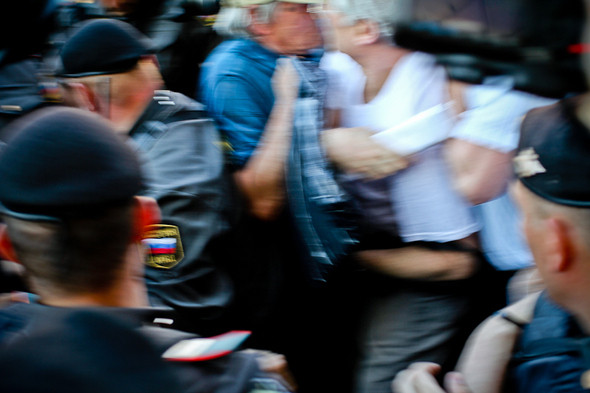 Как только полиция видела кого-нибудь из медийных оппозиционных фигур, то сразу грубо задерживала.