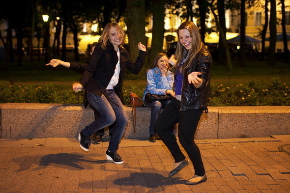Концерт на Дворцовой слышен везде. Ребятам не нравится толкотня на площади. Свои танцы своей компанией. . Изображение № 41.