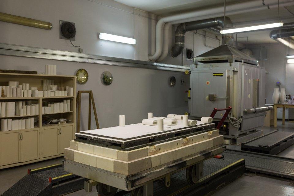 Как делают сервизы истатуэтки наИмператорском фарфоровом заводе. Изображение № 10.