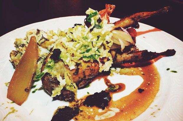 Блюдо Николя Дарногильема. Перепёлка с шалфеем, копчёным картофелем и капустой. Изображение № 12.