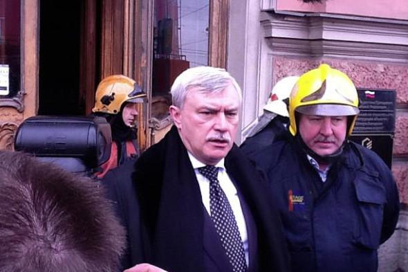 На место происшествия прибыл губернатор Петербурга Григорий Полтавченко. Фотография Анатолия Бузинского. Изображение № 18.