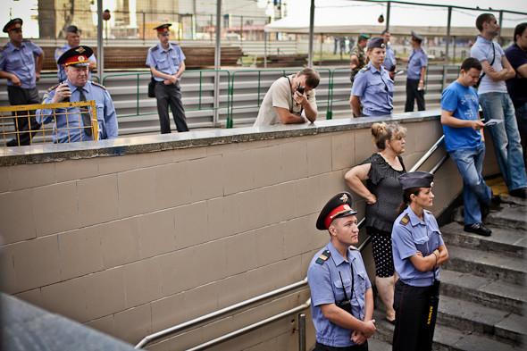 Стражи правопорядка безучастно наблюдают за митингом.. Изображение № 10.