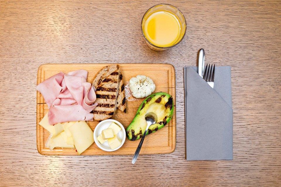 «Завтрак Brix» (ветчина, авокадо, сыр грюйер, тосты, масло, куриное яйцо) (400 рублей); свежевыжатый апельсиновый сок (250 рублей). Изображение № 7.