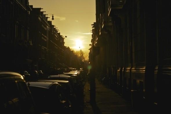 Напоследок нельзя не сказать о сумасшедших закатах, благодаря которым город ежедневно окрашивался сперва в желтый, а затем и оранжевый цвета. Изображение № 13.