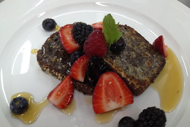 Завтрак: французские тосты со свежими ягодами и кленовым сиропом – 240 рублей. Изображение № 6.