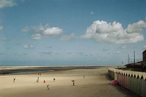 Гарри Груйер. Франция. Регион Пикарди. Залив реки Соммы. Пляж городка Форт Махон. 1991. © Harry Gruyaert/Magnum Photos. Изображение № 13.