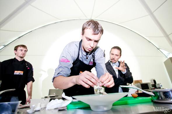 Omnivore Food Festival: Иван Березуцкий готовит суп из черноплодной рябины и нутрию в бересте. Изображение № 17.