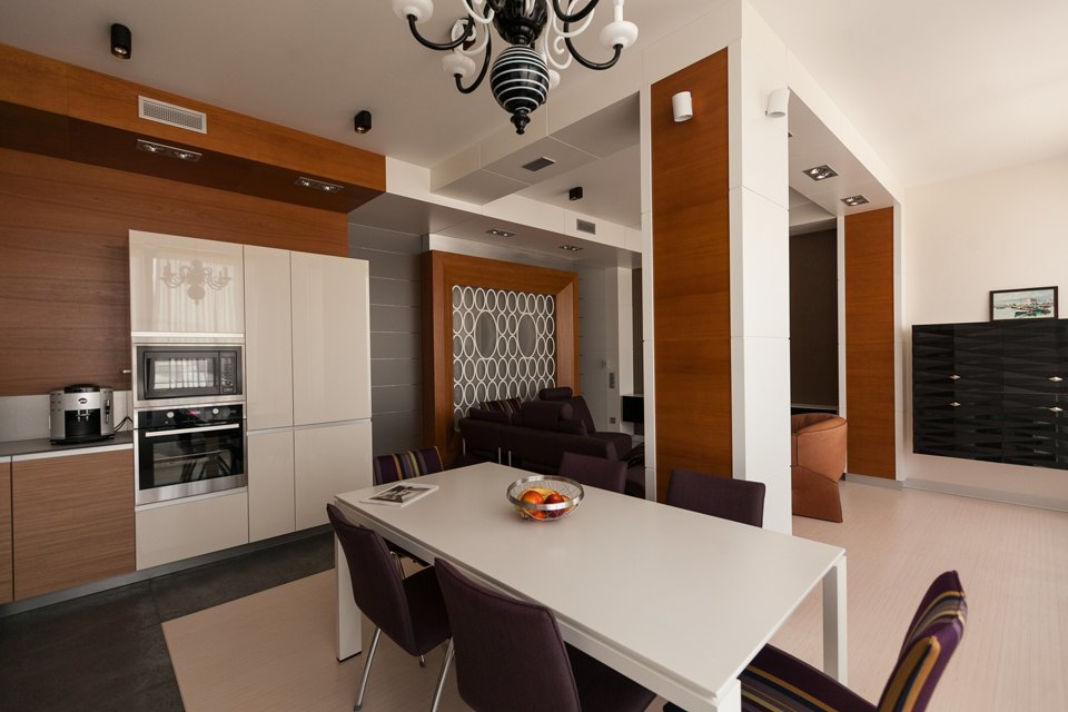 Трёхкомнатная квартира сострогим интерьером. Изображение № 3.