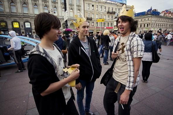 На углу Невского и Садовой улицы встречаем выпускников Петергофской гимназии императора Александра II № 414. На голове у них короны, что символично.