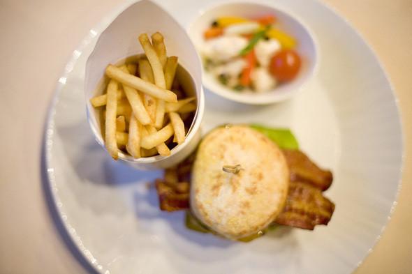 Чизбургер с сыром чеддер, 600 рублей