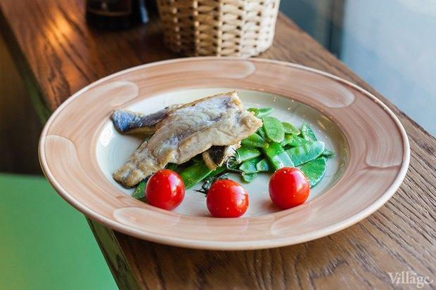 Сибас со стручковым горошком и томатами черри — 790 рублей. Изображение № 23.