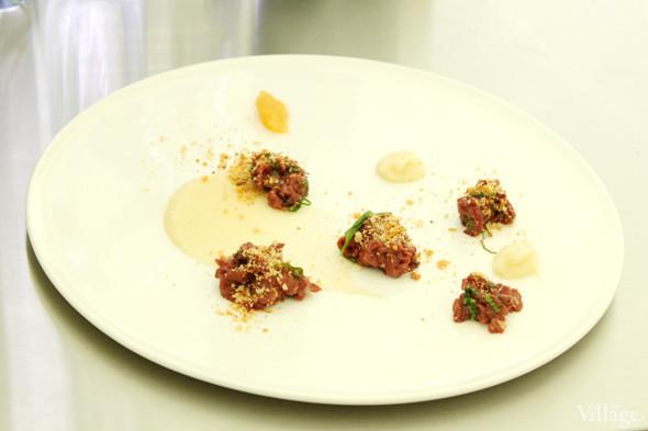 Omnivore Food Festival: Майкл Гринвольд и Симоне Тондо готовят орзотто из ячменя и тартар из голубя. Изображение № 17.