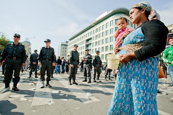 Ярмарка на улице Щепкина. После окончания молитвы ОМОН, выстроившись в цепочку, начинает оттеснять толпу в сторону метро.. Изображение № 20.