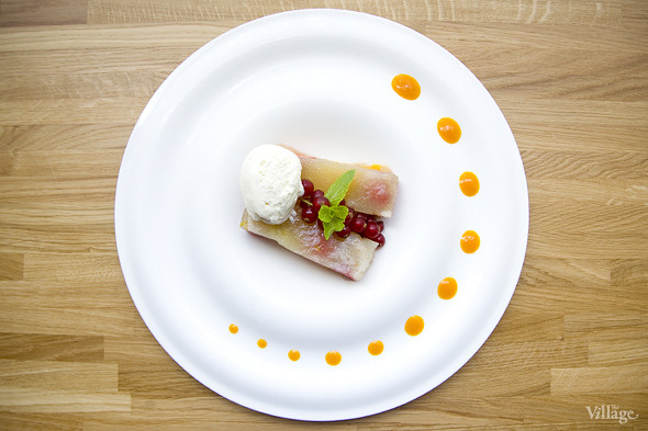 Желе из томлёной груши с ягодами, апельсиновым соусом и ванильным мороженым — 300 рублей. Изображение № 42.