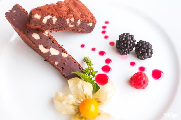 Шоколадный торт «Брауни» с орехами — 220 рублей. Изображение № 41.