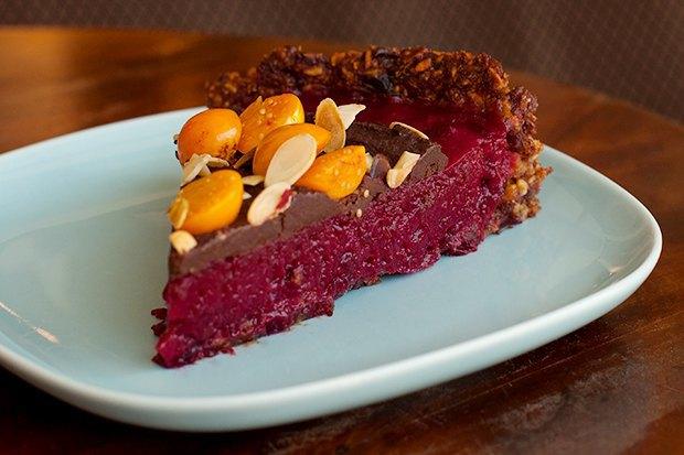 Шоколадно-клюквенный тарт скремом изавокадо иорехами. Изображение № 2.