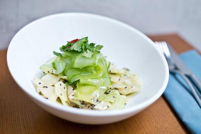 Насколько разные блюда приготовят 10шеф-поваров изодного продукта— капусты. Изображение № 5.