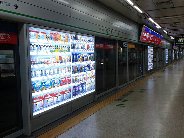 На улицах Москвы появятся виртуальные супермаркеты. Изображение № 1.