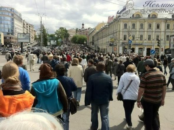 Литераторы и больше десяти тысяч их читателей прогулялись по московским бульварам. Изображение № 3.