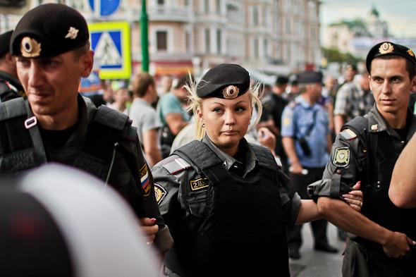 У метро их дело продолжают полицейские. В том числе и такие. Изображение № 32.