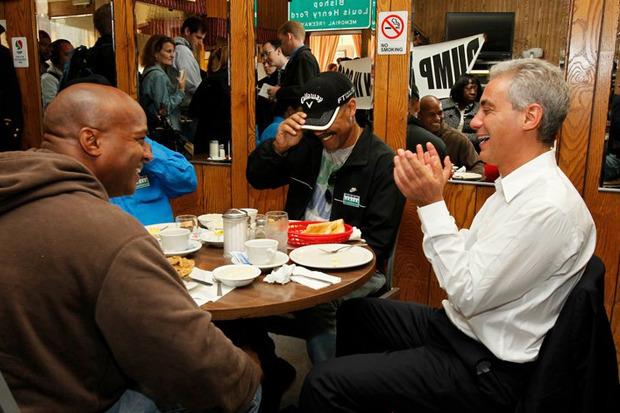 Рам обедает с посетителями закусочной в Чикаго. Изображение № 18.