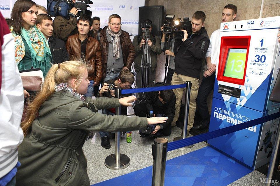 Фото дня: Как получить проездной на метро за приседания. Изображение № 5.