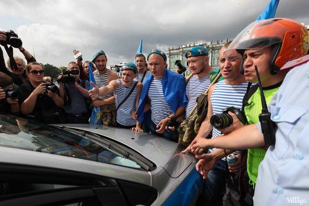 Фото дня: Десантники пытались избить гей-активиста на Дворцовой. Изображение № 6.