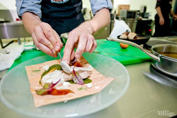 Omnivore Food Festival: Иван Березуцкий готовит суп из черноплодной рябины и нутрию в бересте. Изображение № 18.