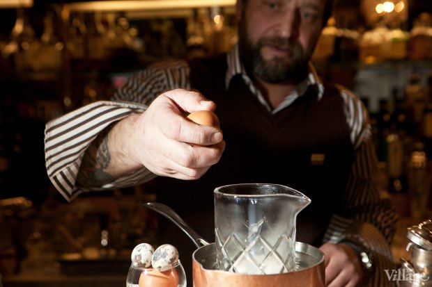 Разбить в смесительный стакан яйцо. Изображение № 30.