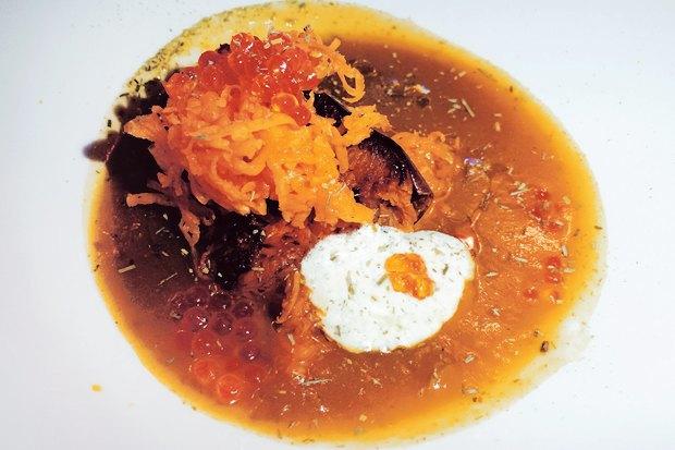 Суп из тыквы, приготовленной тремя разными способами (запечённой тыквы, свежей и тыквы в жидком виде) с красной икрой с соусом из веточек молодой сушёной ели. Первое блюдо в сете француза Николя Дарногильема. Изображение № 9.