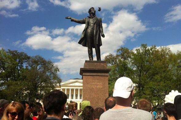 В воскресенье в Петербурге гуляли 500 человек, в понедельник закрывают Исаакиевскую. Изображение № 11.