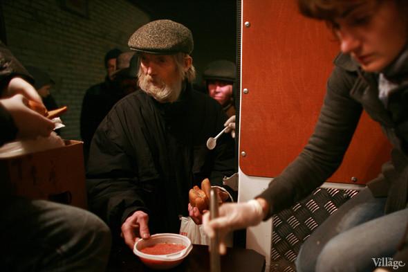 Ночной рейс: Волонтёры и бездомные автобуса «Ночлежка». Изображение № 14.