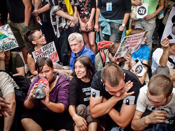 2 часа митингующих никто не трогал, люди пели песни искандировали свои требования. Задержали только одного человека в самом начале акции -  он попробовал развернуть плакат. Изображение № 3.