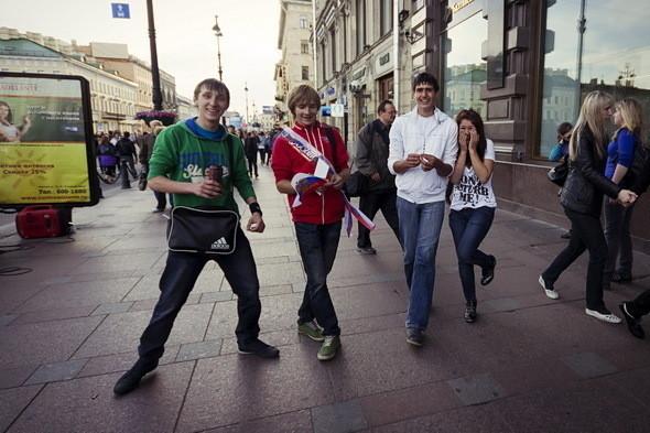 У метро купить «входной» можно у тех же выпускников за 500 рублей. Самые смышленые получили свой билет задешево, 300 рублей, предварительно договорившись по интернету.