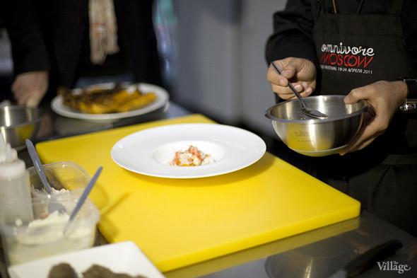 Теперь очередь соуса. Им поливается всё блюдо. Изображение № 33.