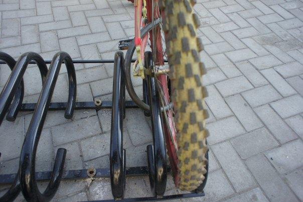 Городские велопарковки оказались непригодными для использования. Изображение № 1.