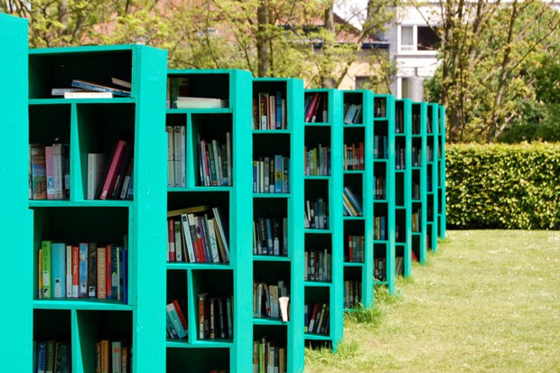 Общественная библиотека и книжный магазин в Бельгийском винограднике появилась в рамках фестиваля TRACK art. Ее придумал итальянский художник Массимо Бартолини.. Изображение № 1.