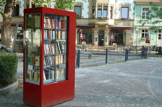 Общественный книжный шкаф на одной из улиц в немецком городе Карлсруэ. Изображение № 3.