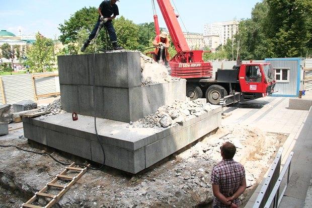 В Александровском саду разобрали обелиск . Изображение № 1.