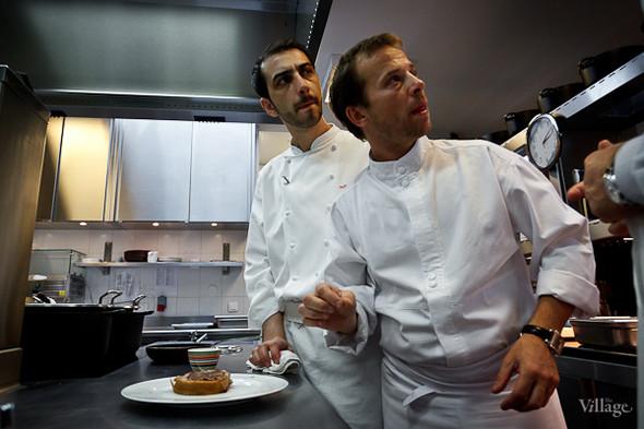 Шеф-повар Александр Николя (слева) внимательно следит за временем: до начала ланча на 60 человек остаётся полчаса. Основная часть главных блюд должна быть подготовлена.