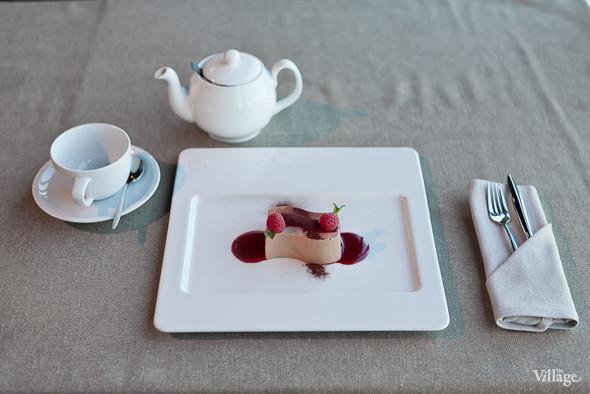 Нежное суфле из молочного шоколада с малиновым соусом — 250 рублей. Изображение № 46.