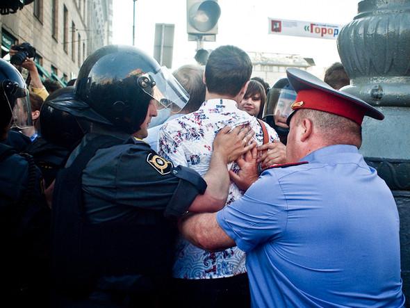 Митингующие  скапливаются — полицейские начинают выталкивать людей и говорить, что они   «мешают проходу других граждан».