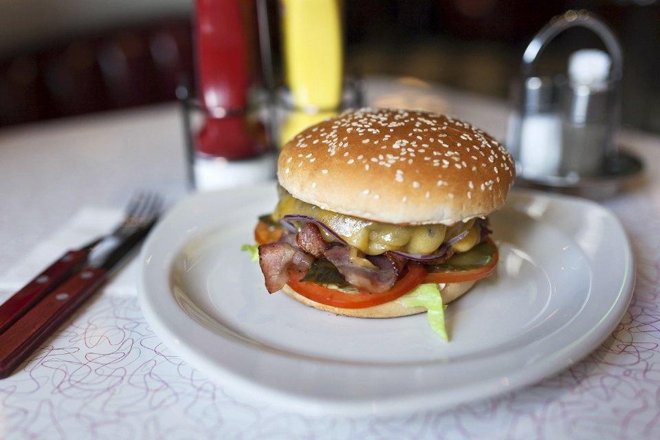 Чизбургер с беконом — 410 рублей. Изображение № 10.