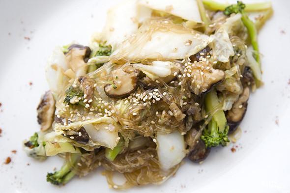 Грибы шиитаке с брокколи и китайской капустой на рисовой лапше — 390 рублей