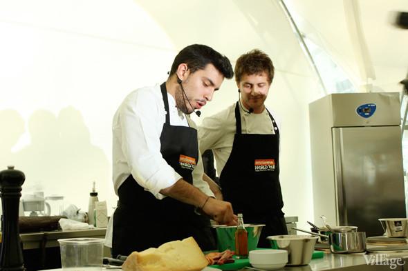 Omnivore Food Festival: Майкл Гринвольд и Симоне Тондо готовят орзотто из ячменя и тартар из голубя. Изображение № 10.