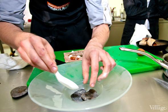 Omnivore Food Festival: Иван Березуцкий готовит суп из черноплодной рябины и нутрию в бересте. Изображение № 13.