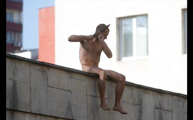 Пётр Павленский отрезал себе мочку уха вовремя акции «Отделение». Изображение № 1.