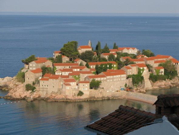 Свети-Стефан некогда остров, ныне соединенный с материком узкой насыпью-дорогой.