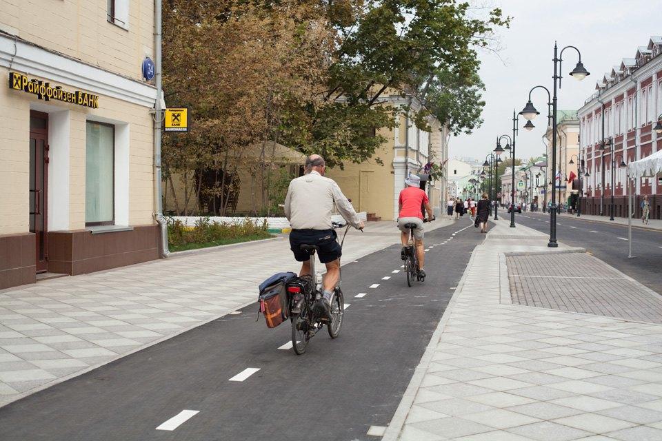 Реконструированная Пятницкая улица с велодорожками и широкой пешеходной зоной. Изображение № 10.